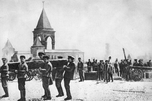 Original photo of the community work of cleaning Kremlin campus from debris. Lenin is the last on the right in the row of workers carrying a log. May 1, 1920. (Photo from traditio.wiki/Ленин_и_бревно).