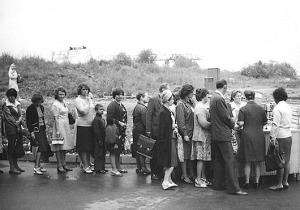 Line for fresh cucumbers in 1979. (Photo from http://vakin.livejournal.com/898179.html).