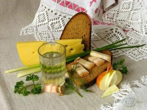 Lunch: Vodka with Bread, Fatback, Onions and Dill. (Photo from http://Savok.Name/210-zastole.html).