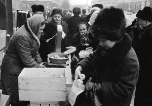 Line for apples. (Photo from http://www.fresher.ru/2014/10/17/sovetskaya-torgovlya.html).