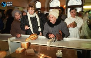 Line for bread. (Photo from www.go2life.net).