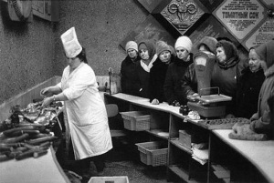 Line for lunchmeat. (Photo from http://www.fresher.ru/2014/10/17/sovetskaya-torgovlya.html).