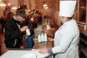 Line for milk. (Photo from http://www.fresher.ru/2014/10/17/sovetskaya-torgovlya.html).
