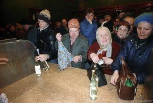 Line to return bottles. (Photo from http://m.mirtesen.ru/groups/30207256605/blog/43043122092.html).